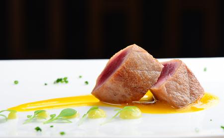 일본어 멋진 식사, 표면 만 살짝 익힌 참치 스테이크 측에 와사비 소스와 함께 생선회 일본의 전통 요리라고
