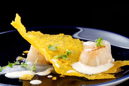 Haute cuisine, Gourmet pétoncles alimentaires sur un resserrement de maïs