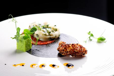 camaron: Alta cocina, aperitivo Gourmet, calamar, camarones tempura y Chorizo Foto de archivo
