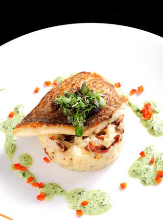 Lecker gesundes Fischfilet mit Kartoffel-Püree mit getrockneten Tomaten und Bärlauch-Sauce