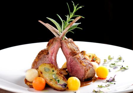 멋진 식사, 감자, 로즈마리와 야채 소스와 구운 양고기 볶음