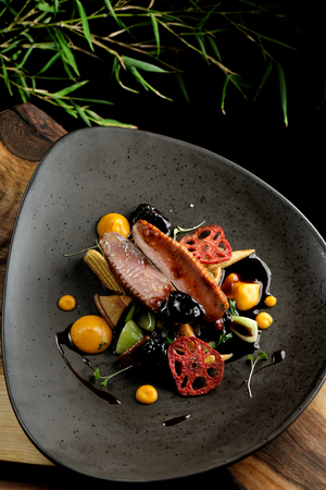 Haute cuisine/Asian fusion, roasted duck with plums and shiitake mushrooms Standard-Bild