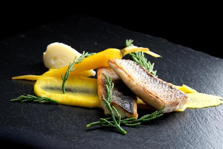 Bellas filetes Lubina comedor de zanahoria purree patata y especias