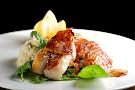 mariscos: Cena de lujo, filete empanado en hierbas y especias en risotto vegetal.