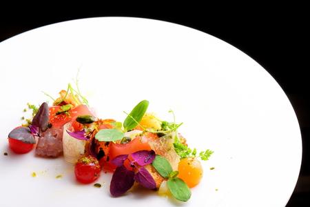 Haute Küche Vorspeise mit Thunfisch-Tartar, Wassermelone und Gewürze Standard-Bild - 47323861