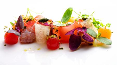 Haute Küche Vorspeise mit Thunfisch-Tartar, Wassermelone und Gewürze