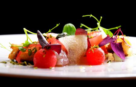Haute cuisine apéritif avec un tartare de thon, la pastèque et les épices Banque d'images - 47324014