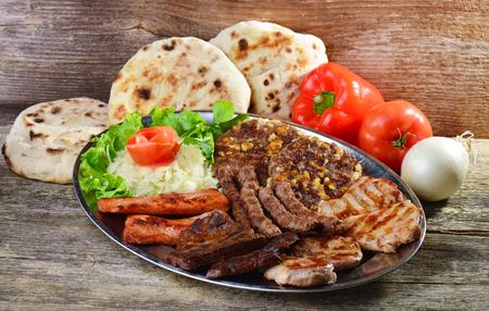 Piatto sano di carni miste, tra cui bistecca alla griglia. Cibo Balkan