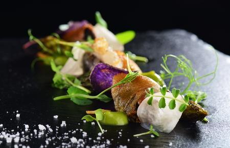 Haute Küche, Gourmet-Essen Muscheln mit Spargel und Lardo Speck Standard-Bild - 56630606