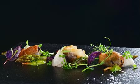 Haute Küche, Gourmet-Essen Muscheln mit Spargel und Lardo Speck