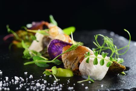 Haute cuisine, Gourmet pétoncles alimentaires aux asperges et lardo lard Banque d'images - 56630777