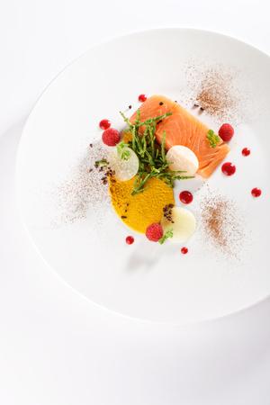 Alta cucina antipasto, filetto di salmone fresco con verdure Archivio Fotografico - 68618072