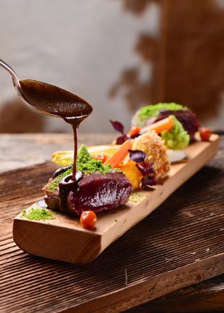 야채와 함께 사슴 고기 고기 스테이크