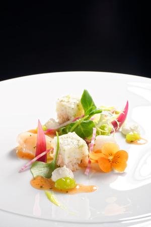 高級レストラン、エレガントなスズキのタルタル アボカドとペストは、バルサミコ ソースをトッピング 写真素材