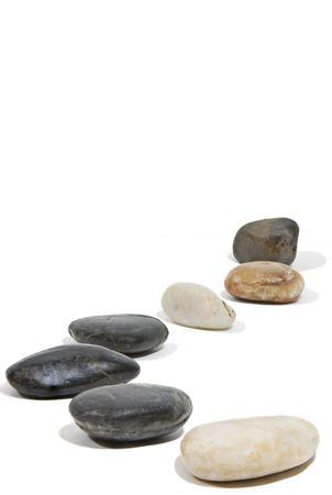 Een pad van rotsen langs een witte naadloze achtergrond. Stockfoto