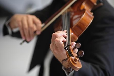 violines: detalles de los músicos a tocar una sinfonía