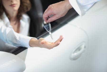 hand die een autosleutel en af te voeren naar een andere persoon. Stockfoto