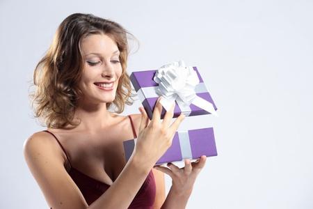 Verrast aantrekkelijke vrouw open geschenkdoos Stockfoto