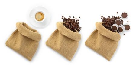jute zakken van koffie bonen met een kopje koffie en capsules