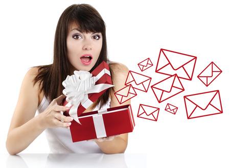 편지와 함께 빨간색 선물 상자를 여는 놀된 소녀