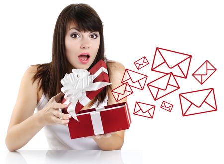 verrast meisje opening van een rode geschenkdoos met brief