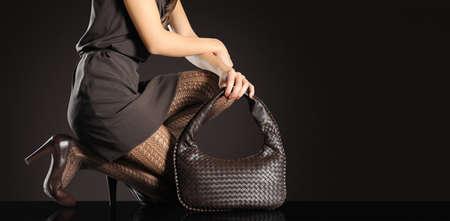 business model: Mode vrouw met handtas en hakken Stockfoto