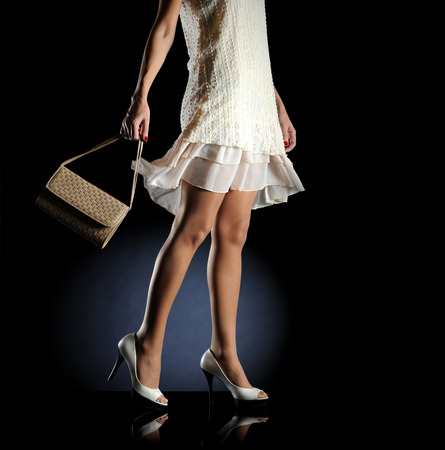 Mode vrouw met handtas en hakken Stockfoto