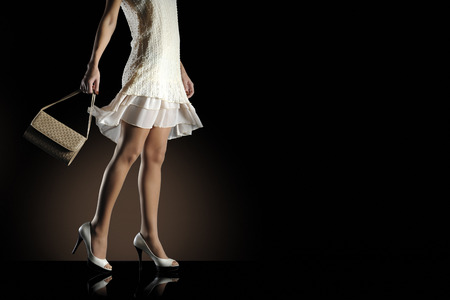 piernas con tacones: Mujer de la manera con el bolso y zapatos de tacón