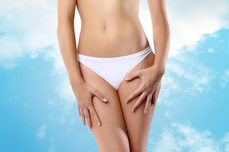 vrouw handen op haar benen Stockfoto