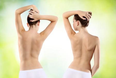 culo: Cuerpo de mujer culo y la espalda en el fondo verde