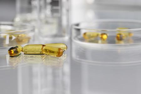 비타민 알약 오메가 3 배추와 페트리 접시 스톡 콘텐츠