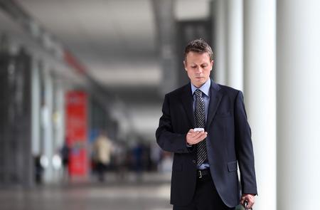 Geschäftsmann denken Recht auf dem Handy