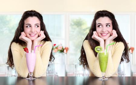 lachende meisje in koffie drinken milkshake aardbei en kiwi Stockfoto