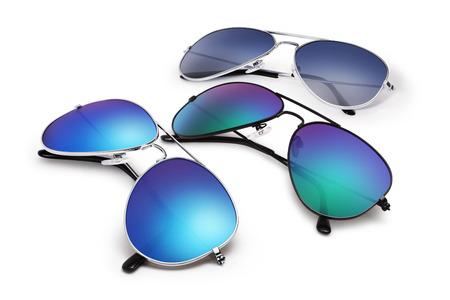 gafas de sol: gafas de sol de aviador aisladas sobre fondo blanco con el azul reflejado lentes