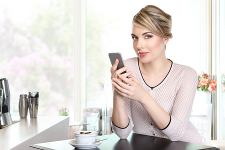 donna ricca: beautiful woman with mobile phone in coffee drinking cappuccino