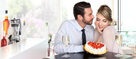 felice coppia al bar con champagne e fragole torta concetto di amore Archivio Fotografico