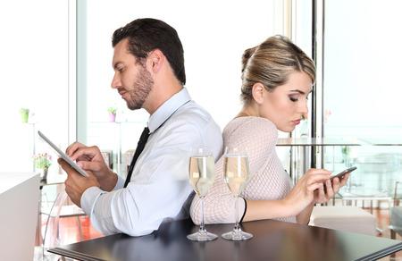 esposas: Pares enojados dando la espalda a la otra