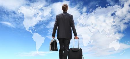 Internationale zakenman reizen met een trolley, wereldwijde business concept