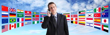Internationale zakenman praten aan de telefoon, wereldwijde communicatie