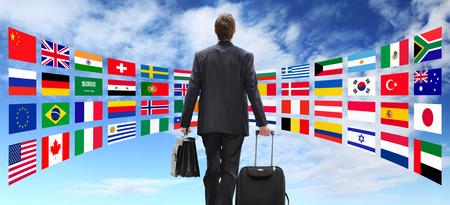 negocios internacionales: Los viajes internacionales Hombre de negocios con la carretilla, el concepto de negocio global