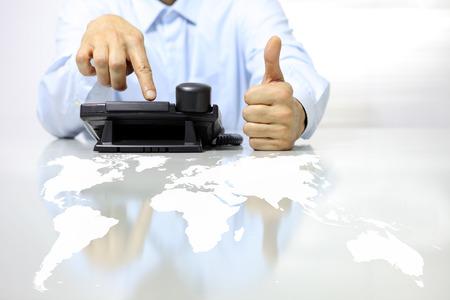 achtige hand met telefoon en map op het bureau, call center-concept