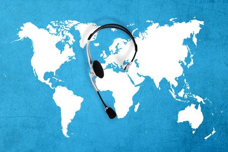 alrededor del mundo: contactar concepto global, vista superior auricular y mapa