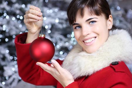 leuchtend: Weihnachten Frau mit dem roten Ball, lächelnd