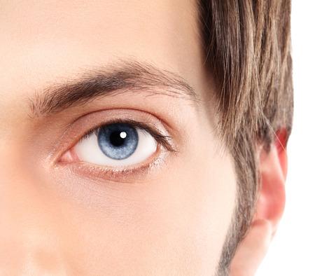 Half gezicht Close-up van de blauwe ogen van een jonge man