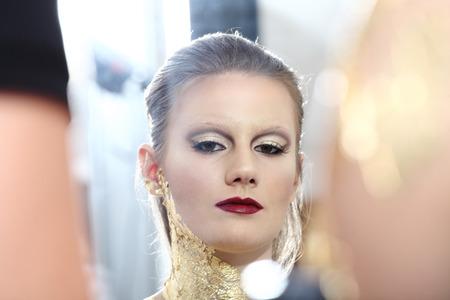 body paint: retrato de glamour maquillaje modelo moda, pintura corporal dorada Foto de archivo