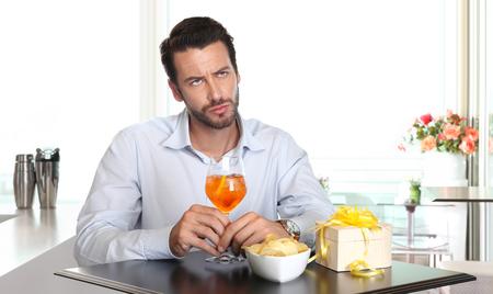 tomando alcohol: hombre a la espera de la mujer finales hasta la fecha