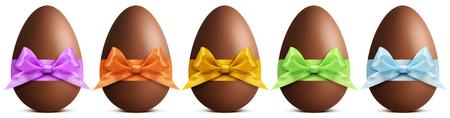 huevo: huevos de Pascua de chocolate con la cinta arco aislado en fondo blanco