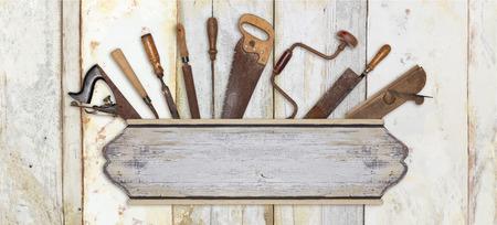 uithangbord en timmerman tools op houten achtergrond Stockfoto
