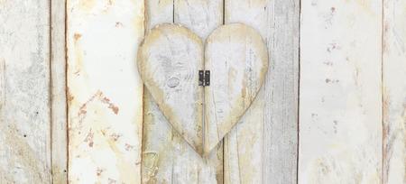 kształt serca na drewno deski grunge tekstury tło