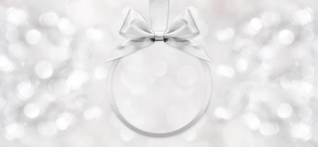 aniversario de boda: arco de la cinta de plata brillante de fondo borroso